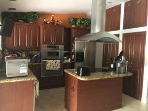 Selling only the kitchen gabinetes and stovetop. No countertop!!!! for Sale in Miami, FL