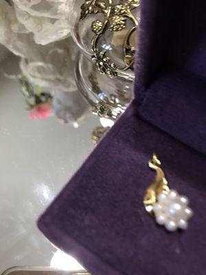 Pretty! Gold pearl flower Pendant for Sale in Gainesville, VA