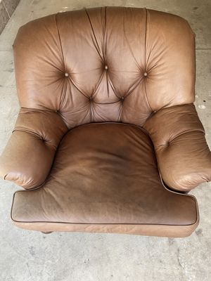 Tufted leather couch for Sale in Shelby Charter Township, MI