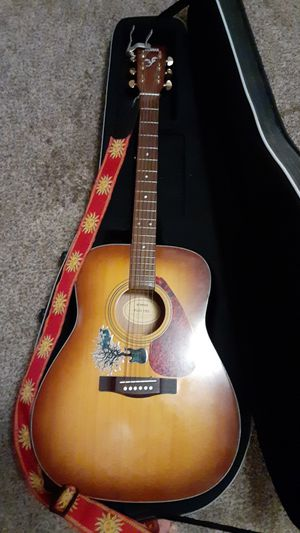 Yamaha guitar w/ Road Runner case for Sale in Bothell, WA