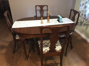 dining room table in very good condition, three leafs and 5 chairs for Sale in Foresthill, CA