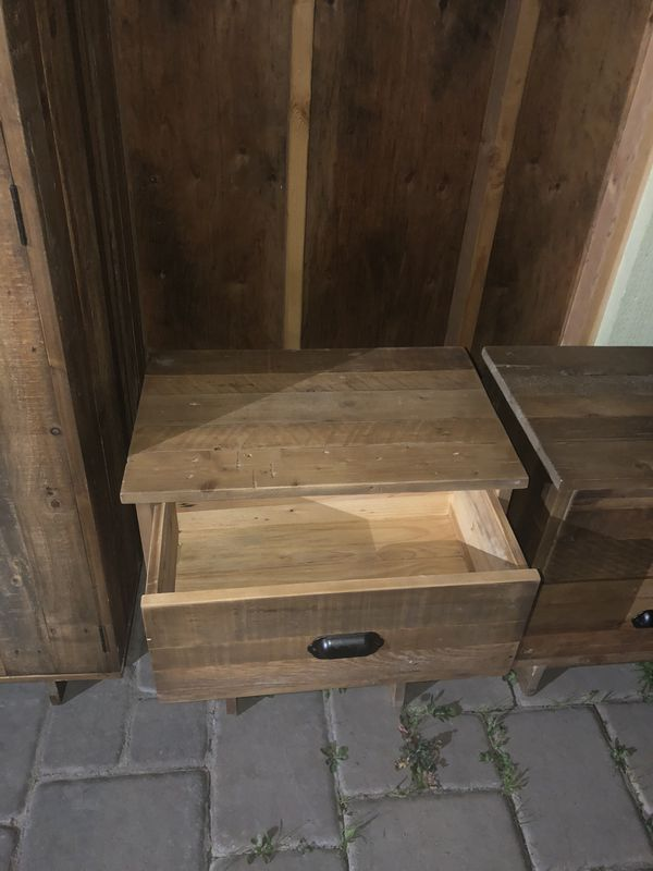 Mueble para la ropa y dos burós