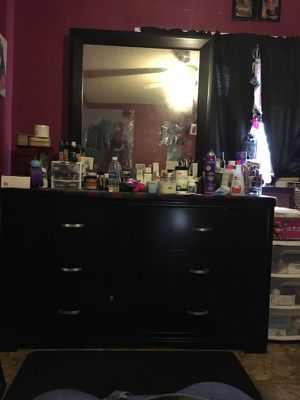 Beautiful dresser with mirror for Sale in Fort Meade, FL