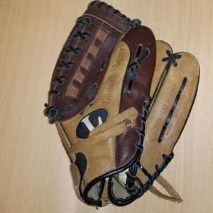Louisville Slugger DY 1250 12.5 Inch Glove! for Sale in Cicero, IL