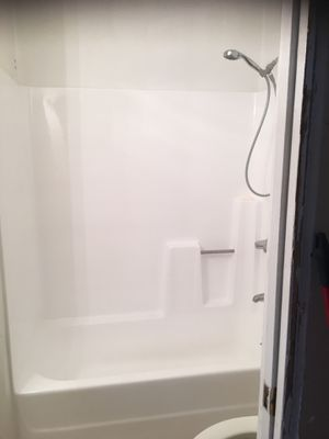 A full tub with walls one piece right side drain in excellent condition. for Sale in Simi Valley, CA