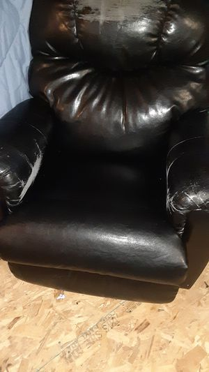 Leather recliner for Sale in Alexandria, MN
