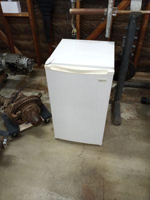Small refrigerator for Sale in Sacramento, CA