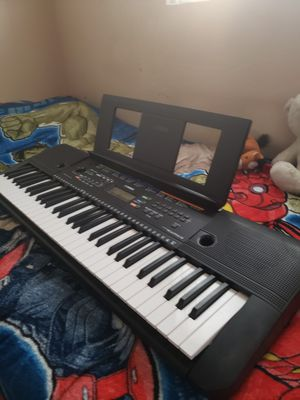 Yamaha PSR-E253 61-key Portable Keyboard for Sale in Los Angeles, CA