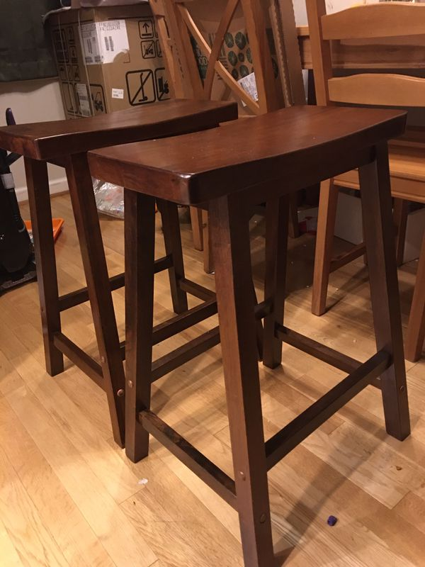 Beautiful expandable bar and 2 bar stools