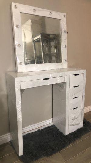 Vanity desk with mirror for Sale in Las Vegas, NV