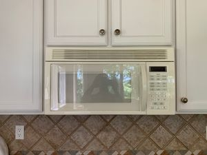 Whirlpool over range 1000w microwave oven and vent hood combo for Sale in Plano, TX