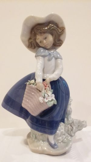 LLADRO FIGURINE #5222 PRETTY PICKINGS for Sale in Stamford, CT