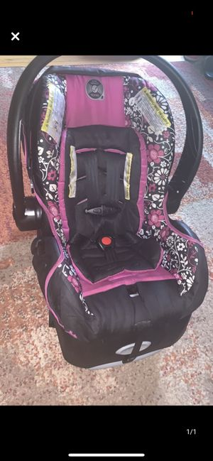 Infant car seat and base for Sale in Buffalo, NY