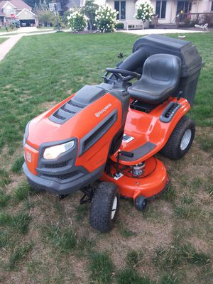 2014 Husqvarna 22hp 42in hydrostatic riding lawnmower with twin bagger $715 for Sale in Brunswick, OH