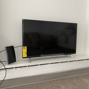 """TCL 40"""" Class 3-Series Full HD Roku TV , Incl. Antenna for Sale in Brookline, MA"""