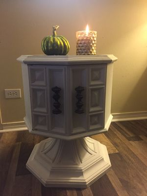 Swivel end table for Sale in North Bend, WA