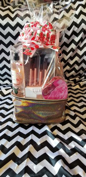 ❤Luxie brushes set with a mist and makeup bag for Sale in Riverside, CA