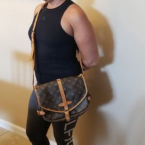 Louis Vuitton Saumur 30 crossbody bag Excellent condition for Sale in Los Angeles, CA