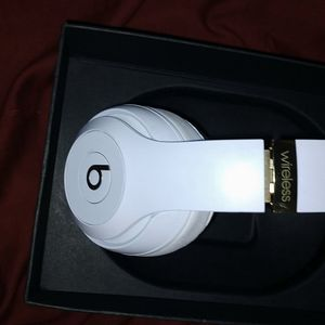 BEATS BY DRE STUDIO 3 WIRELESS OVER THE EAR, NOISE CANCELLING IN GOOD CONDITION for Sale in San Diego, CA