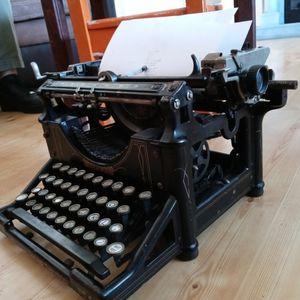 Antique Typewriter for Sale in Mesa, AZ