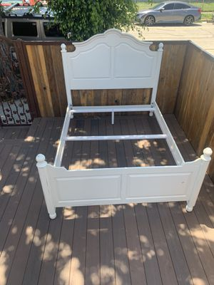 Queen size bed frame for Sale in Inglewood, CA