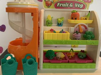 SHOPKINS FRUIT AND VEGGIE STAND - WITH ATTACHED MIXER , 2 BASKETS amd 12 SHOPKINS! GREAT PLAYSET ! for Sale in Modesto,  CA