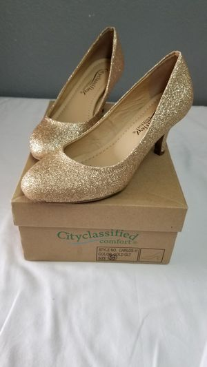 Gold heels size 5 1/2 new for Sale in Stockton, CA
