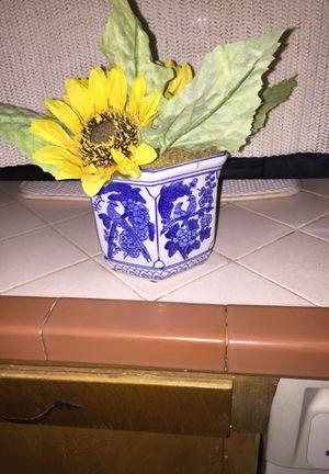 Sun flowers in beautiful vase for Sale in Fresno, CA