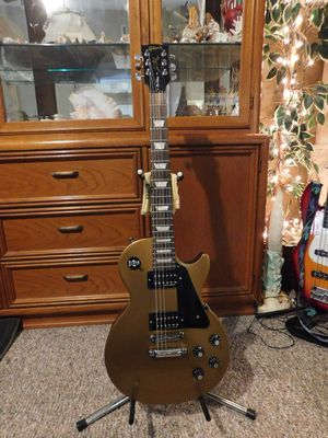2013 GIBSON 70'S TRIBUTE LES PAUL ELECTRIC GUITAR W/ DELUXE PAD GIG BAG .MUSICAL INSTRUMENT BEAUTIFUL LOOKING AND PLAYING GUITAR. COST $1,000.00 PLUS for Sale in Spring Hill, FL