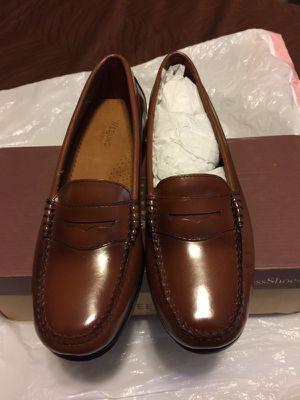 Bass weejuns. Women wayfarer Leather Penny loafer slip-on shoe Karikole (Brown) size 7 for Sale in Nashville, TN
