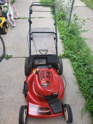 Lawnmower starts great self propelled for Sale in Dearborn Heights, MI