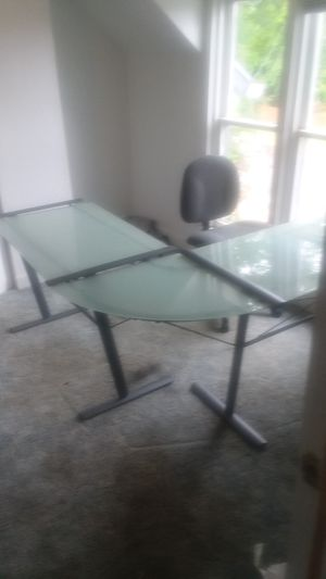 Glass desk good condition for Sale in Aberdeen, WA
