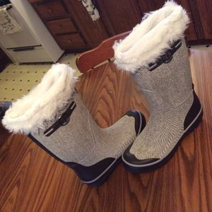 Women's insulated rain boots arctic shields size 9 for Sale in Dry Ridge, KY