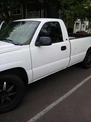 Chevy Silverado 2004 very strong v8 new tag till 2021 passenger seat is damaged u see on picture nothing wrong i need a king cap truck for Sale in Tigard, OR