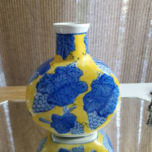 Beatiful Porcelain Vase. for Sale in Miami, FL