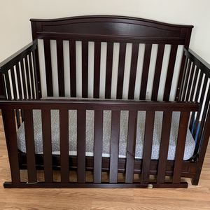Crib And Mattress-4 In 1 Capable for Sale in Kennesaw, GA