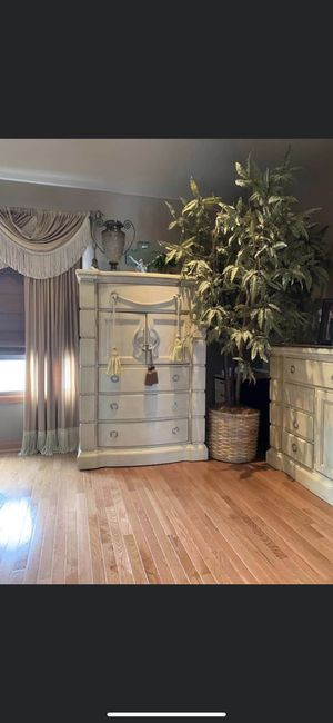 King size bedroom set and bench for Sale in West Chicago, IL