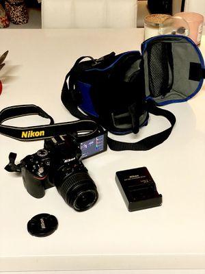 Nikon Reflex Cam pro D5200 with bag like new for Sale in Miami Beach, FL