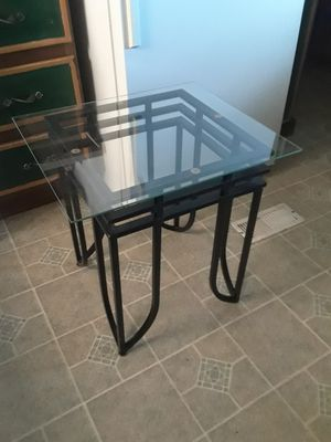 Glass End Table in good condition 30. ( 19 x 22 ) for Sale in Princeton, TX