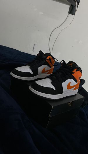 Jordan 1 mid shattered back board size 7y for Sale in Yucaipa, CA