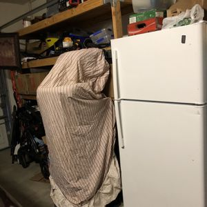 21 Cu Ft GE White Refrigerator With Top freezer for Sale in Olivehurst, CA