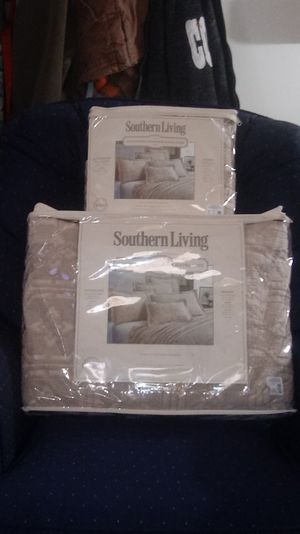 BED COVERET (SOUTHERN LIVING) SIZE- FULL-QUEEN & 1 SHAM for Sale in Idaho Falls, ID