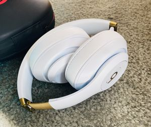 Beats by Dr. Dre Beats Studio 3 Wireless Noise Cancelling Headphones White Gold with free charger and case for Sale in North Las Vegas, NV