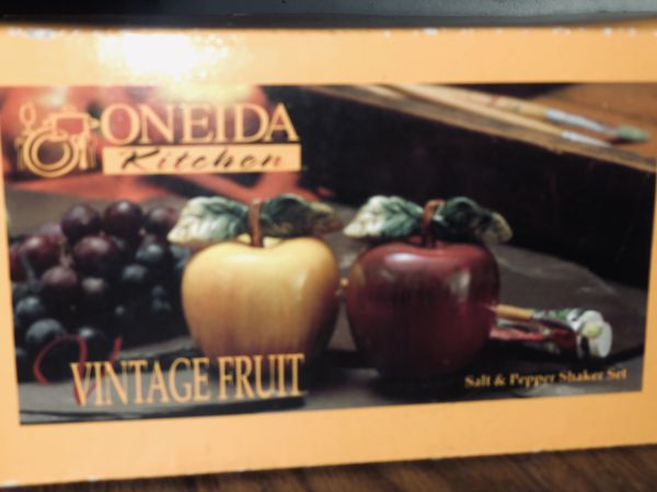 Oneida Vintage fruit Apples Salt & Pepper shakers