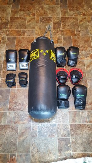 EVERLAST PUNCHING BAG WITH 5 PAIRS OF GLUBS for Sale in Steilacoom, WA