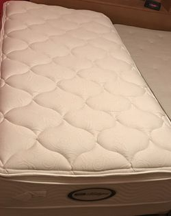 Like New VERY COMFORTABLE QUALITY TWIN BED MATTRESS SET for Sale in Clackamas,  OR