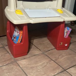 Desk Kids Good Condition 30 Dlls For All Todo Por 30 Dlls for Sale in Highland, CA