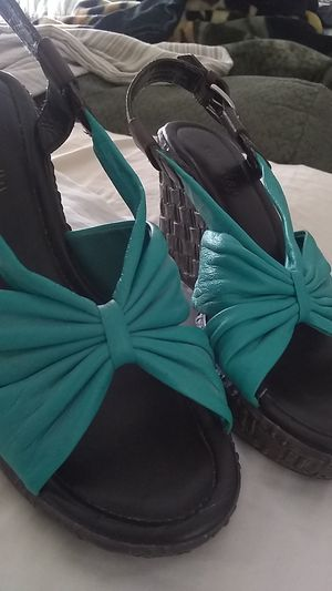 Emerald wedge shoes and brown leather 7.5 for Sale in Corona, CA