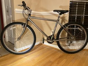 """SPECIALIZED 26"""" sport hard rock Mountain bike., frame size 17"""" great condition speed 24 for Sale in Gainesville, VA"""