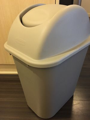 Rubbermaid 7 gallon trash can with lid for Sale in Seattle, WA
